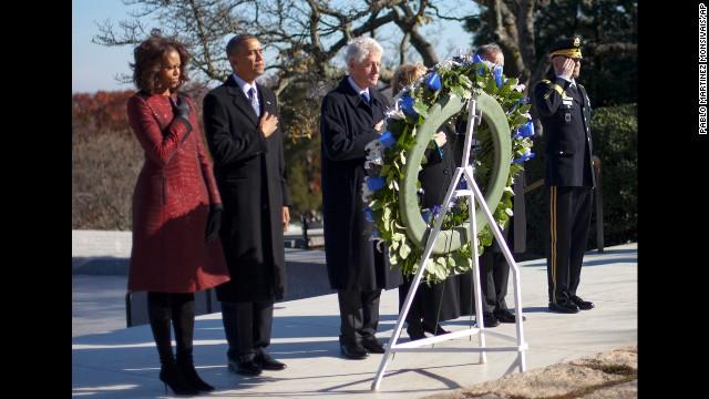 Les couples Obama et Clinton Se sont recuellis sur la tombe de J.F.K au cimetière militaire d'Arlington, près de Washington