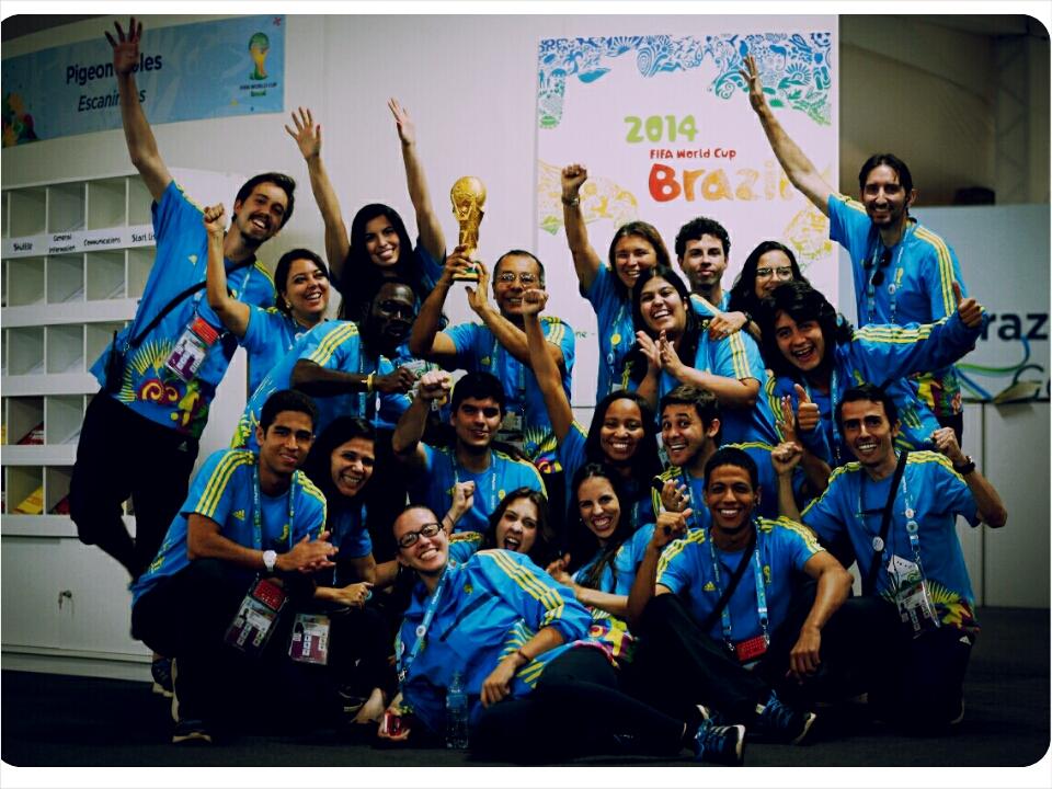 Des volontaires du SMC posant avec une réplique de la Coupe du Monde