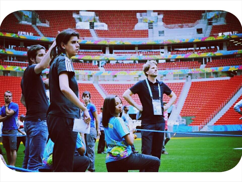 (A gauche) Vinicius et Pollyana entrain d'observer  quelques activites des volontaire dans l'enceinte du stade