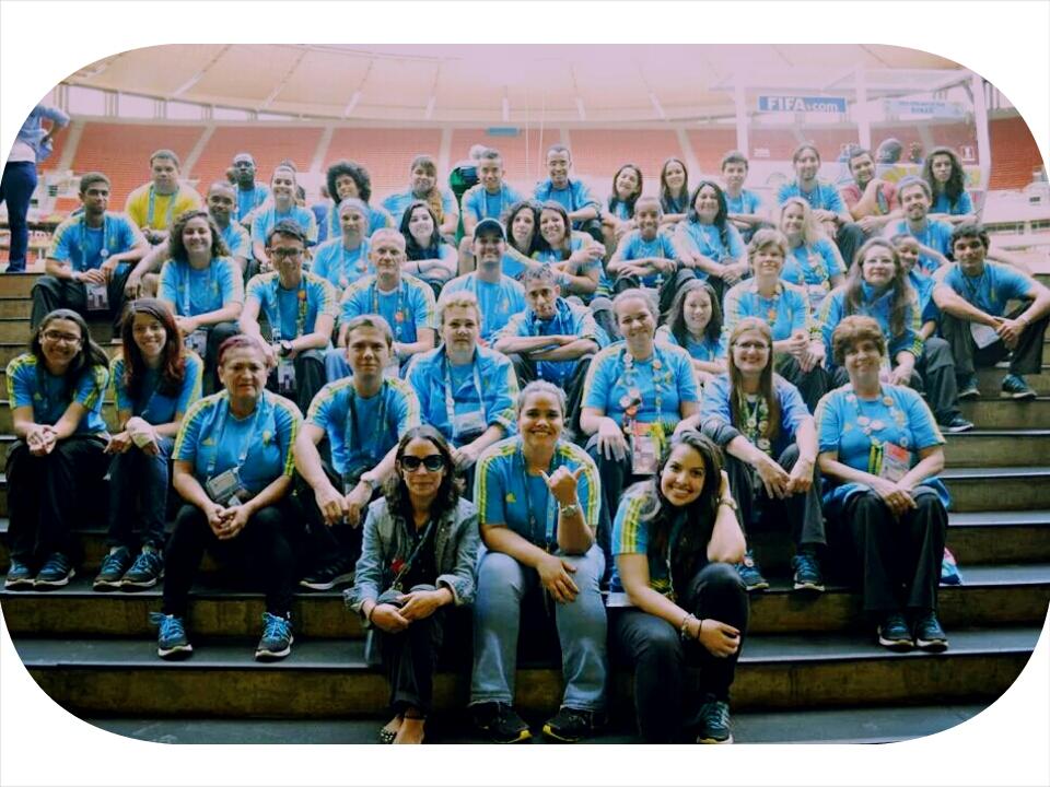 Vue d'ensemble d'un groupe de volontaires au stade
